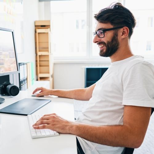 Person arbeitet am Computer.