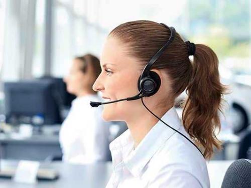 Eine Call-Center-Mitarbeiterin nutzt die Arzt-Auskunft Professional.